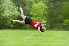 Ragazza che gioca insieme rugby esterno di estate immagini stock libere da diritti