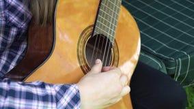 Ragazza che gioca la chitarra fotografie stock