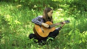Ragazza che gioca la chitarra Fotografia Stock Libera da Diritti