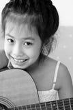 Ragazza che gioca la sua chitarra nel paese Immagini Stock Libere da Diritti