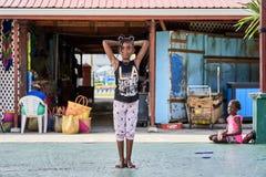 Ragazza che gioca nel mercato di Castries, Santa Lucia fotografie stock