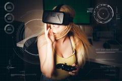 Ragazza che gioca nella realtà virtuale Fotografie Stock Libere da Diritti