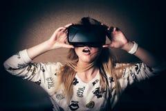 Ragazza che gioca nella realtà virtuale Immagini Stock Libere da Diritti