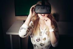 Ragazza che gioca nella realtà virtuale Fotografie Stock