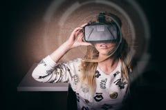 Ragazza che gioca nella realtà virtuale Fotografia Stock