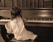Ragazza che gioca piano Fotografie Stock Libere da Diritti