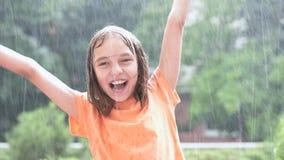 Ragazza che gioca in pioggia stock footage