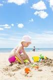Ragazza che gioca sulla spiaggia Immagini Stock