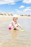 Ragazza che gioca sulla spiaggia Fotografia Stock Libera da Diritti