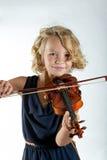 Ragazza che gioca un violino su bianco immagini stock libere da diritti
