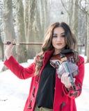 Ragazza che giudica violine in mani Fotografie Stock