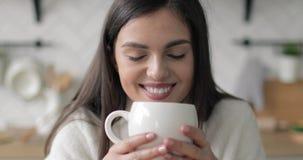 Ragazza che gode del suo caffè archivi video