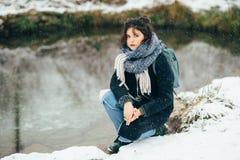 Ragazza che gode della vista del lago o del fiume congelato Fotografie Stock