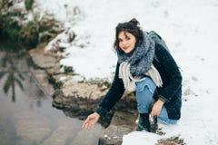 Ragazza che gode della vista del lago o del fiume congelato Fotografia Stock Libera da Diritti