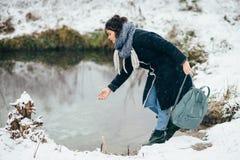 Ragazza che gode della vista del lago o del fiume congelato Immagine Stock Libera da Diritti