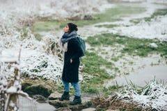 Ragazza che gode della vista del lago o del fiume congelato Immagine Stock