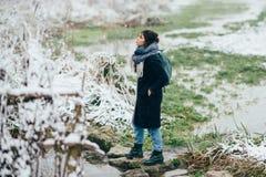 Ragazza che gode della vista del lago o del fiume congelato Fotografia Stock
