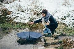 Ragazza che gode della vista del lago o del fiume congelato Fotografie Stock Libere da Diritti