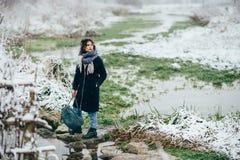Ragazza che gode della vista del lago o del fiume congelato Immagini Stock