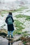 Ragazza che gode della vista del lago o del fiume congelato Immagini Stock Libere da Diritti