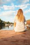 Ragazza che gode vicino al fiume Fotografia Stock