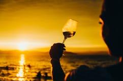 Ragazza che guarda il tramonto con bicchiere di vino Fotografia Stock Libera da Diritti