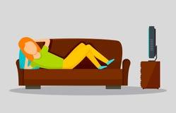 Ragazza che guarda TV sull'orizzontale dell'insegna del sofà, stile piano illustrazione di stock