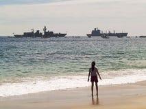 Ragazza che guarda una parata navale Immagine Stock Libera da Diritti