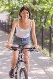 Ragazza che guida sulla bicicletta fotografia stock