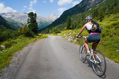 Ragazza che guida velocemente sulla bicicletta. Sfuocatura di movimento Fotografia Stock