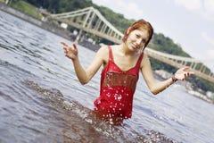 Ragazza che ha divertimento in acqua Fotografie Stock