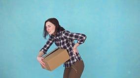 Ragazza che ha i problemi e dolore alla schiena mentre muovendosi verso una nuova casa video d archivio