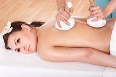 Ragazza che ha massaggio tailandese della compressa dell'erba. Fotografie Stock
