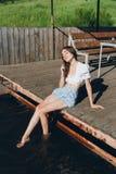 Ragazza che immerge i piedi nell'acqua e nella risata Fotografia Stock Libera da Diritti