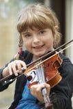 Ragazza che impara giocare violino fotografia stock libera da diritti