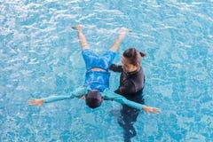 Ragazza che impara nuotare con la vettura Fotografie Stock Libere da Diritti