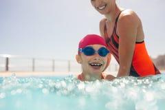 Ragazza che impara nuotare in uno stagno fotografie stock libere da diritti
