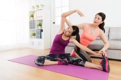 Ragazza che impara sport di forma fisica ed insegnamento dell'istitutore Immagini Stock Libere da Diritti