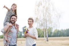 Ragazza che indica mentre mostrando i genitori felici all'azienda agricola fotografia stock libera da diritti