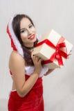 ragazza che indossa il regalo della tenuta del costume di Santa Claus Fotografia Stock Libera da Diritti