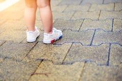ragazza che indossa le belle scarpe da tennis fotografie stock libere da diritti