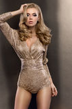 Ragazza che indossa tuta dorata fotografie stock libere da diritti