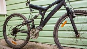 Ragazza che inizia a lavare la sua bici stock footage
