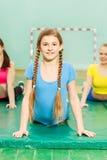 Ragazza che la allunga indietro durante la classe relativa alla ginnastica Fotografia Stock Libera da Diritti