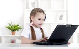 Ragazza che lavora al computer portatile Immagine Stock