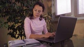 Ragazza che lavora al computer portatile nel paese video d archivio