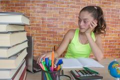 Ragazza che lavora al suo compito giovane studente attraente Girl che studia le lezioni Fotografia Stock Libera da Diritti
