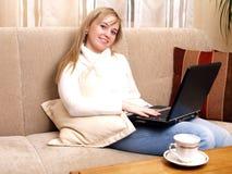 Ragazza che lavora al suo computer portatile. Immagini Stock
