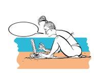 Ragazza che lavora alla spiaggia Gallone con il computer portatile alla spiaggia Free lance sul mare Immagine Stock Libera da Diritti
