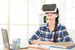 Ragazza che lavora a casa realtà virtuale d'uso Fotografie Stock Libere da Diritti